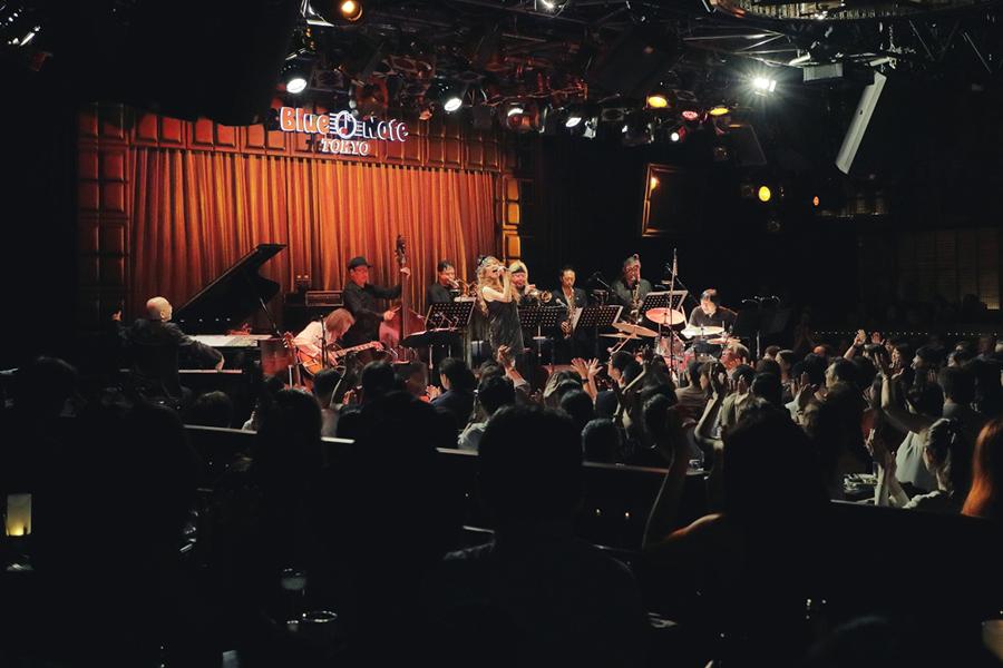 8月にブルーノート東京で6日間に渡る公演を行った。全ショウ満席、JUJUのジャズセットにオーディエンスが酔いしれた。